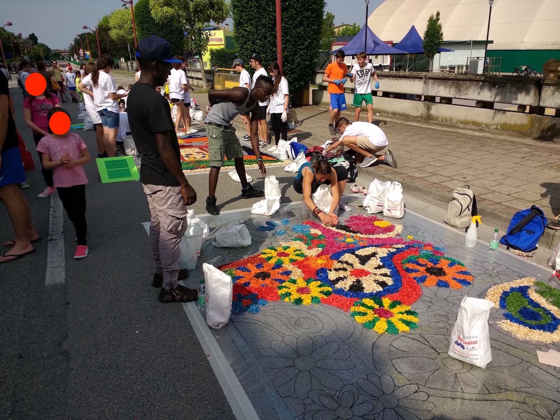 "The guests of the Sprar participate in the event ""A Color Road"". This initiative was organized by the Municipality of Rubano. The event aimed to color some streets of the city with drawings made from colored petals. The various designs were made by groups of citizens of Rubano."